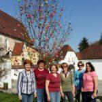 Eierbaum aufstellen vor dem Pfarrhof am 1. April 2017